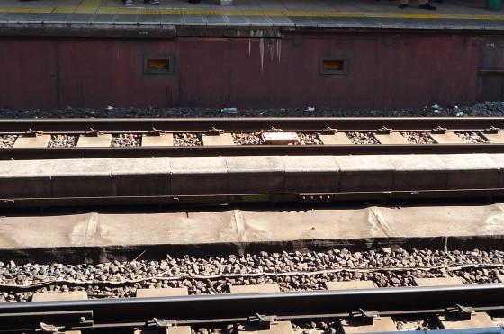 ゴミが散乱しているところを列車が通過する?!